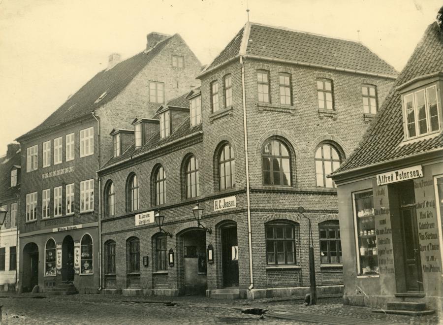 R. Larsens Gæstgiveri med den smalle indgang til Frederiksgade.
