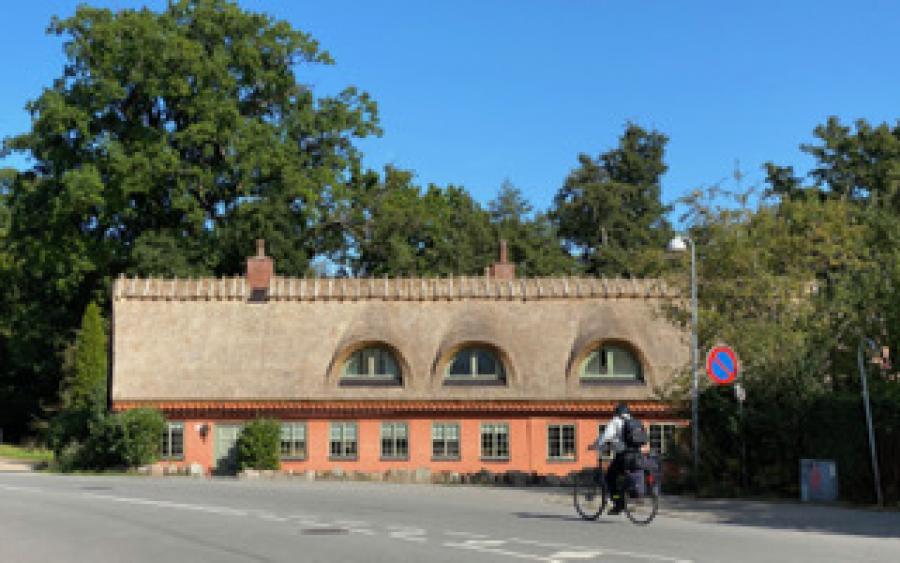 Farvefoto af Hjulmandens hus med nyt stråtag, lagt på i 2020.