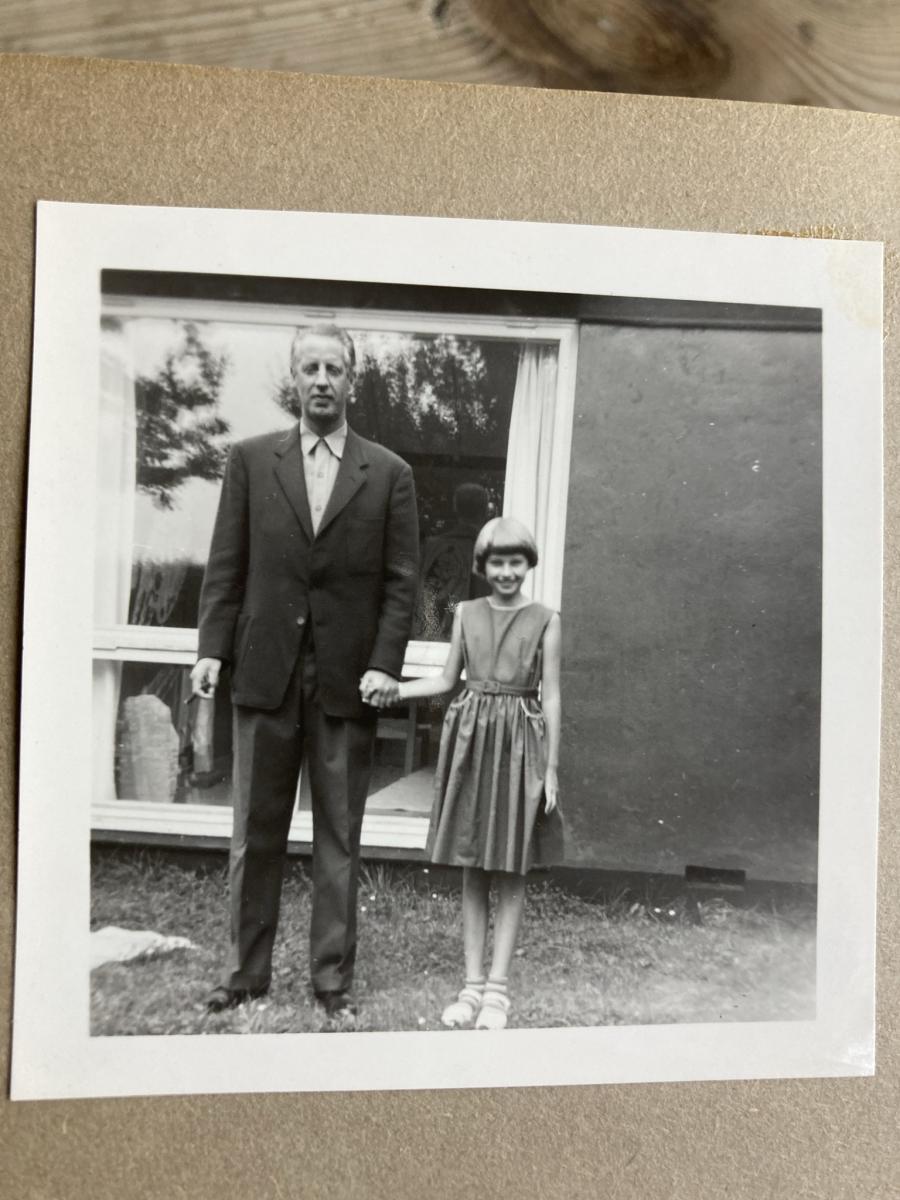 Niels Macholm med datter Rikke hånd i hånd ca. 1958