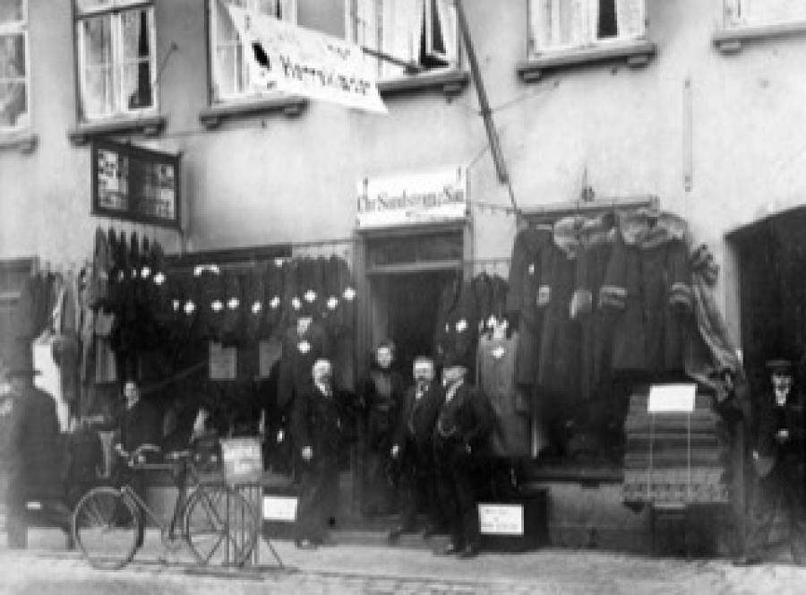 Chr. Sundstrøm og nogle ansatte foran butikken i Slotsgade 3. Foto: Thorvald Staunstrup