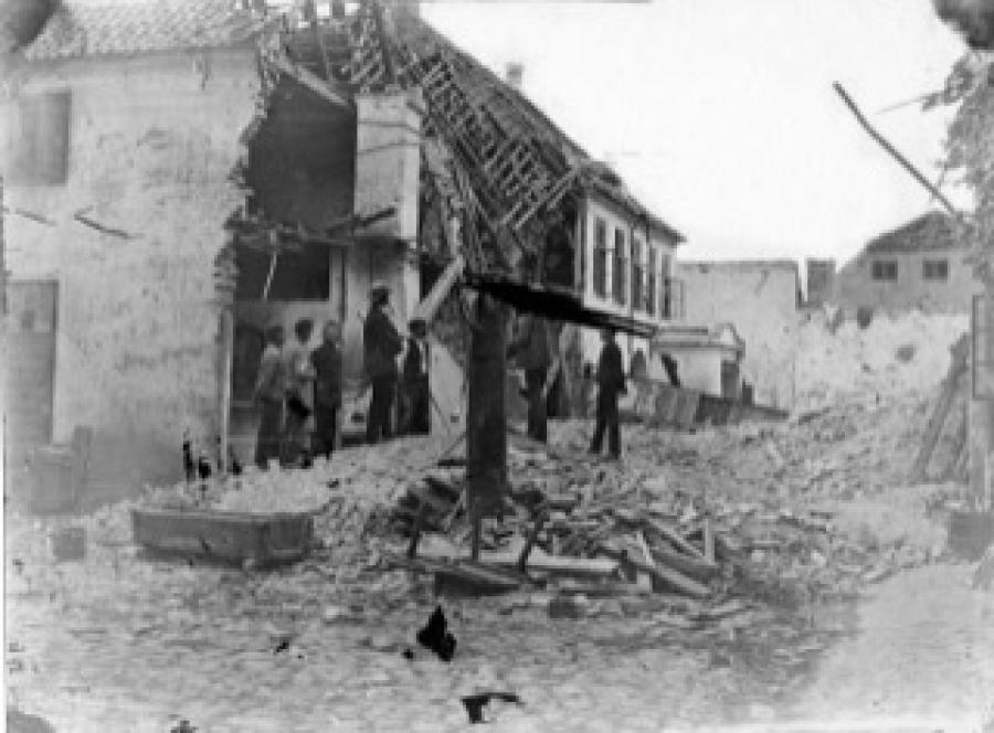 Slotsgade 3 i ruiner efter eksplosionen, 1873. Foto: Carl Rathsach
