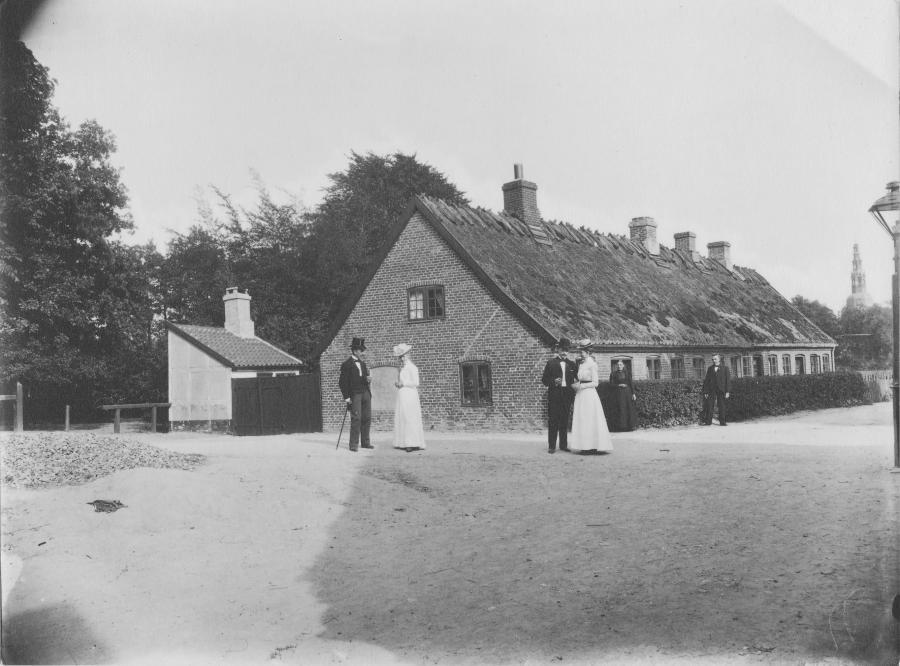 Hjulmandens hus, Kalvehavevej 4 med beboerne i søndagstøjet, ca.1920