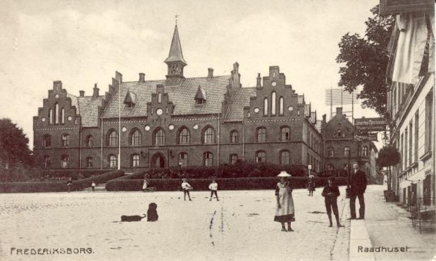 Torvet med rådhuset cirka 1906