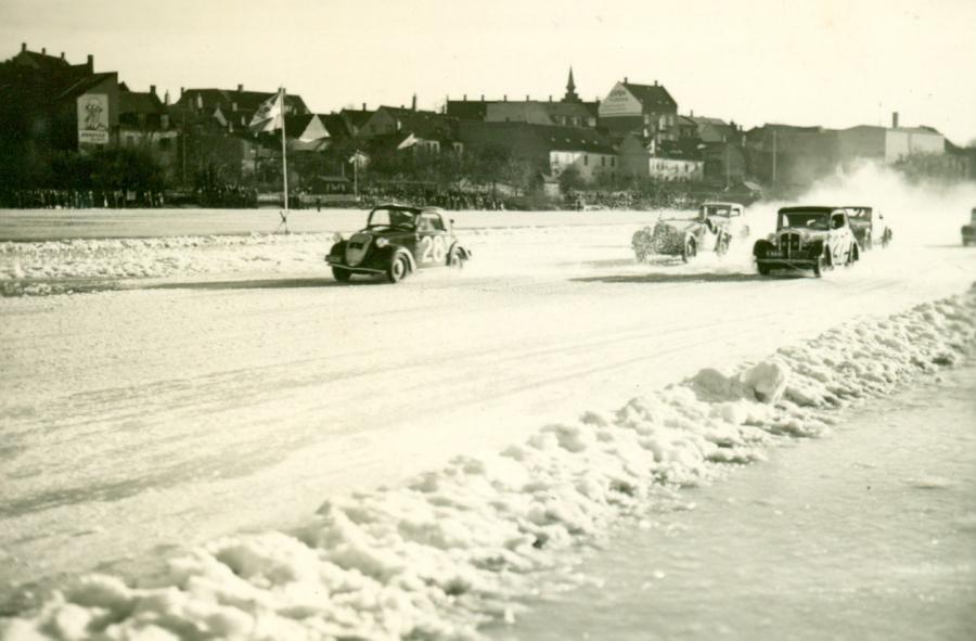 Isbaneløb, Frederiksborg Slotssø, ca. 1940-1950. En 2CV har lagt sig i front.