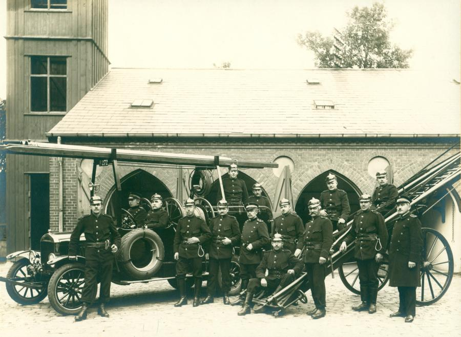 Dette fine fotografi viser Hillerød Brandkorps der i 1928 fejrede 25 års jubilæum. Brandchef Frederik Denker ses yderst til højre.