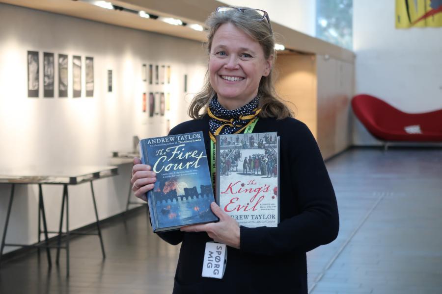 Bibliotekar Ingeborg Nielsen viser bøger frem