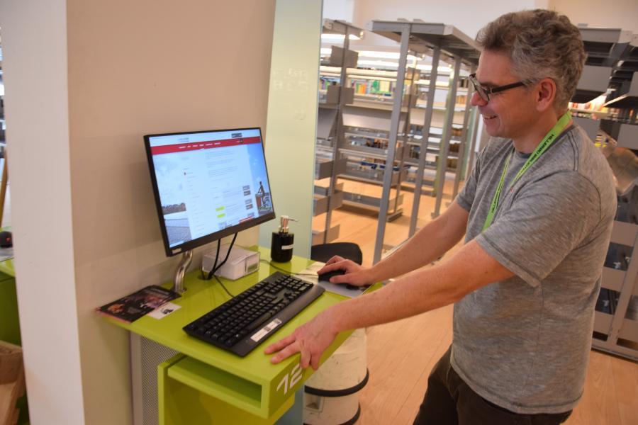 Bibliotekar ved computer