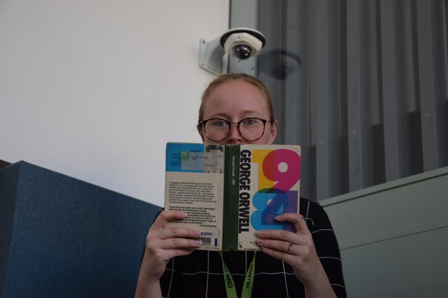 Bibliotekar læser bogen 1984