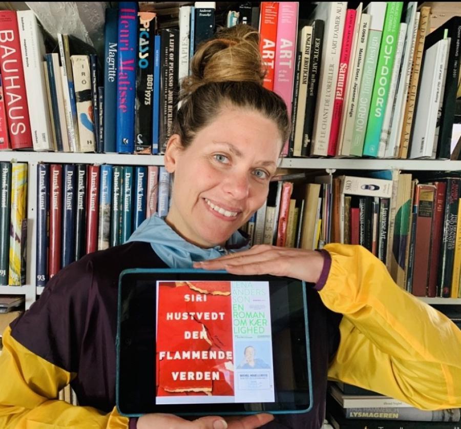 Karen Elsebeth Jensen med forsiden af Den flammende verden på iPad.