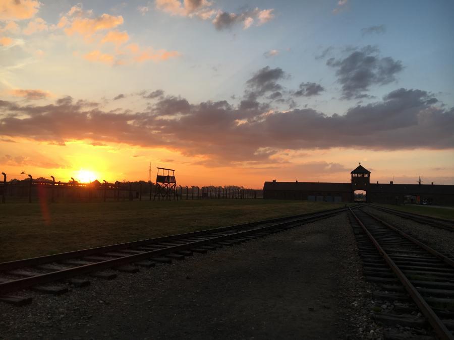 Auschwitz i solnedgang