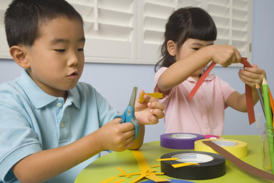 To børn i gang med krea-aktivitet