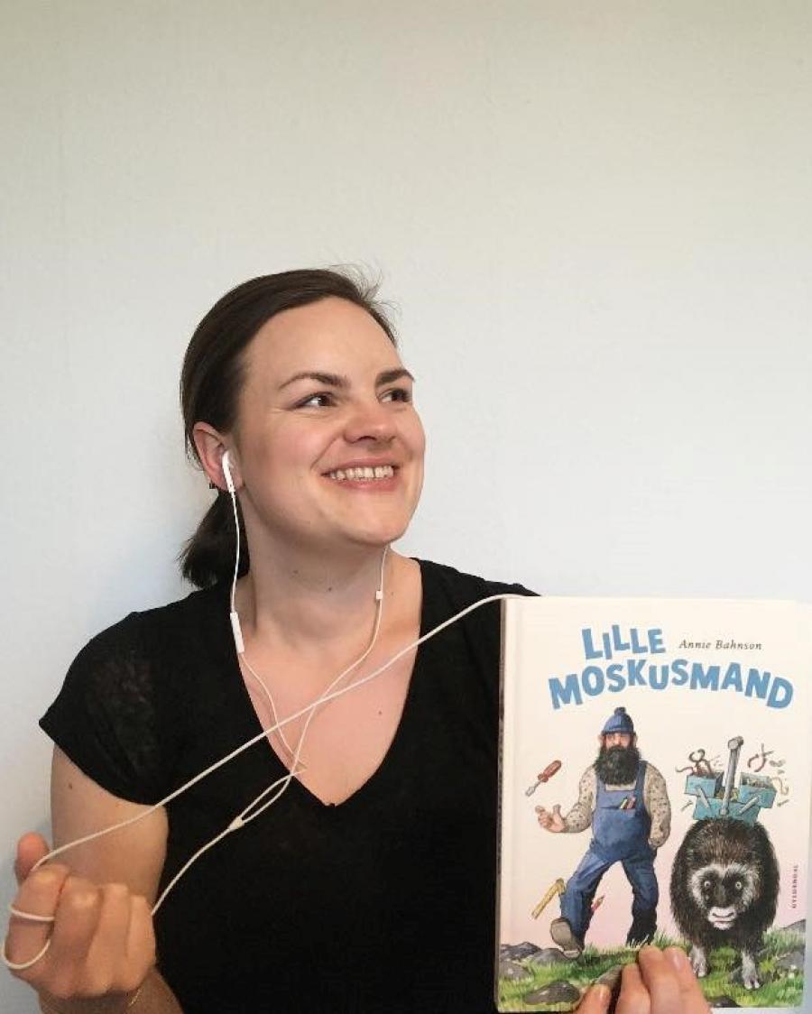 Sofie Funder Allermann med bogen Lille moskusmand
