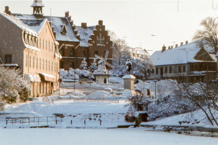 Torvet med sne i 1981