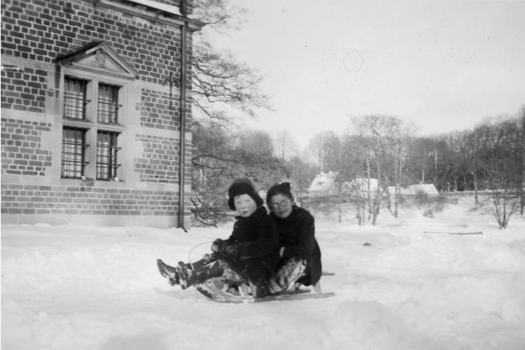 Børn i sneen ved badstueslotte i Slotshaven i 1940'erne